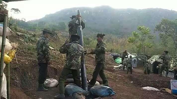 据悉;目前布置在MALI HKA江,DABAK HKA江沿岸和 MUNGLAI HKA江之间一带的缅甸军队第3战指指挥部TS.K.HK<3>麾下的部队,于3月26日查获33辆装载木材的车辆,还有一辆挖机和3台装载机,这是一直隐藏在GANGDAU YANG村西面附近的木材运输车队。